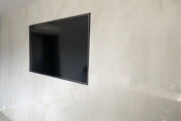 Ściana TV wykonana ze Onice Bianco