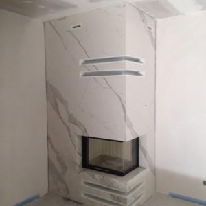 Kominek ze spieku kwarcowego Naturali Bianco Statuario Venato poler