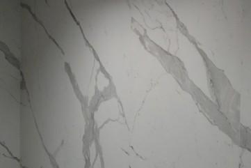 Ściana w łazience Bianco Statuario Venato mat