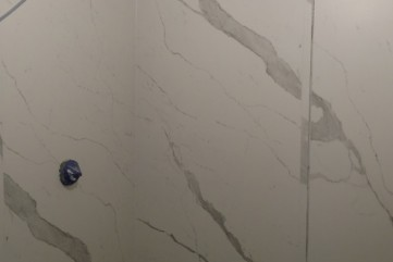 Ściany z Laminam Bianco statuario Venato mat