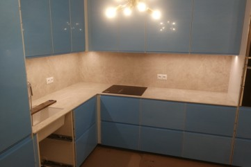 Okładzina ścienna w kuchni ze spieku kwarcowego Collection Bianco Assoluto